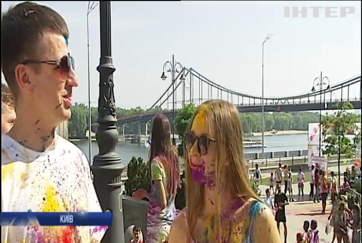 """У Києві влаштували """"кольоровий"""" забіг з фарбами"""