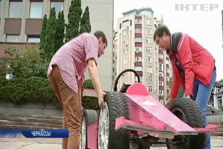 В Черкассах День города отметили уникальными гонками на самодельных машинах