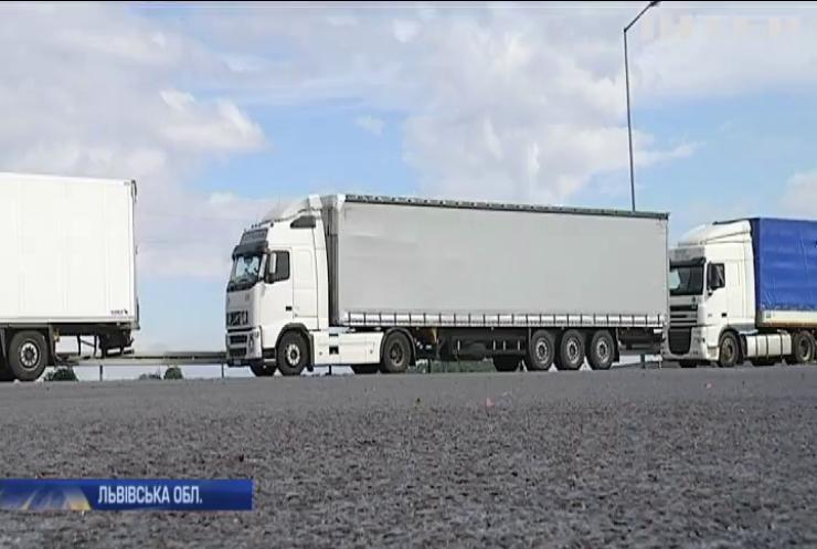 На кордоні з Польщею застрягли півтори сотні вантажівок