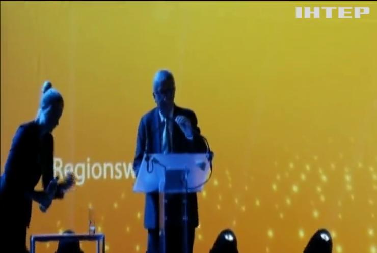 Президент Єврокомісії станцював перед початком промови (відео)