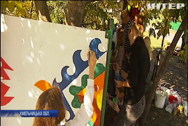 Село на Хмельниччині прикрасили самчиківським розписом (відео)