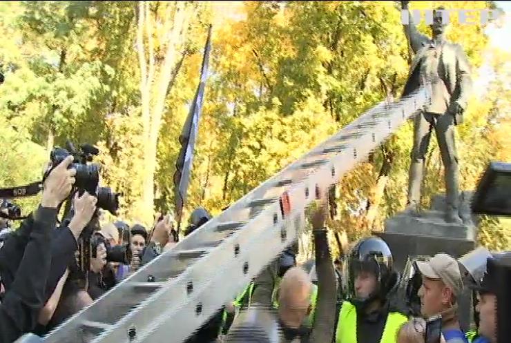 Націоналісти намагалися пошкодити пам'ятник Ватутіну