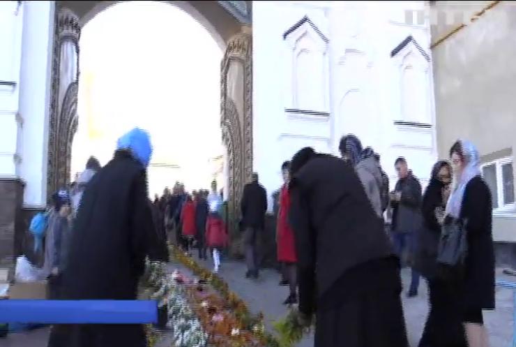 У свято Покрови Пресвятої Богородиці тисячі вірян пройшли хресною ходою навколо Почаївської Лаври