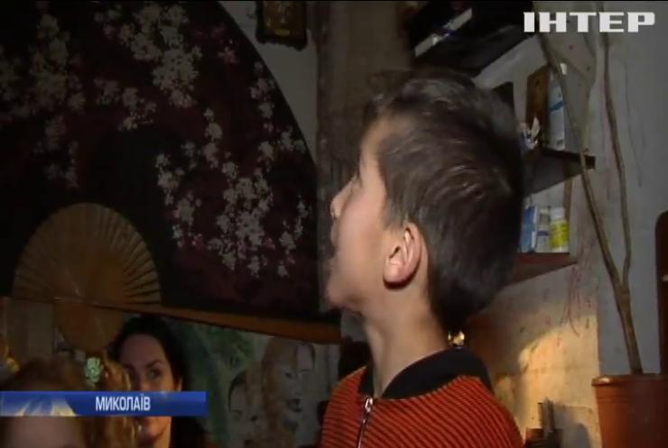 Багатодітна родина з Миколаєва вимушена жити у напівзруйнованому будинку