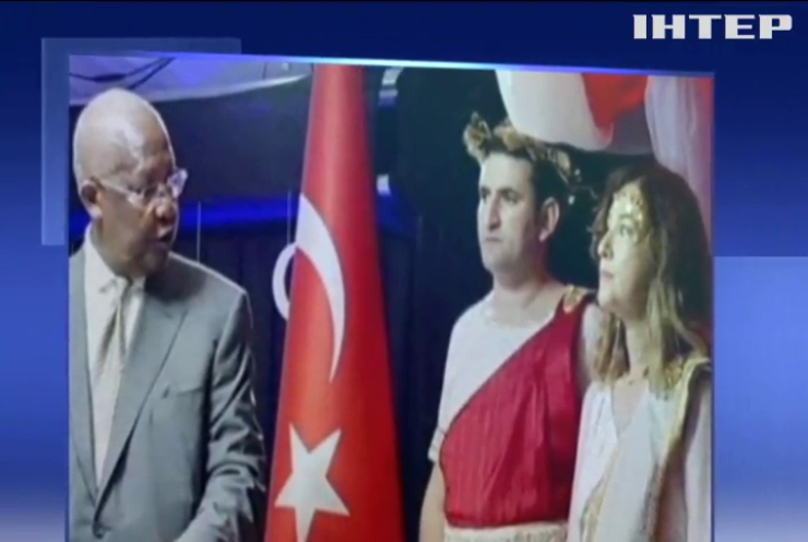 Туреччина відкликала посла в Уганді через недоречне вбрання