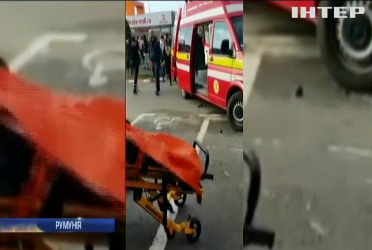 """У Румунії автомобіль """"влетів"""" у натовп в торговому центрі (відео)"""