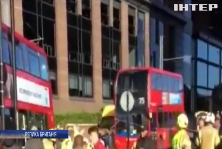 У Лондоні автобус протаранив зупинку з пасажирами