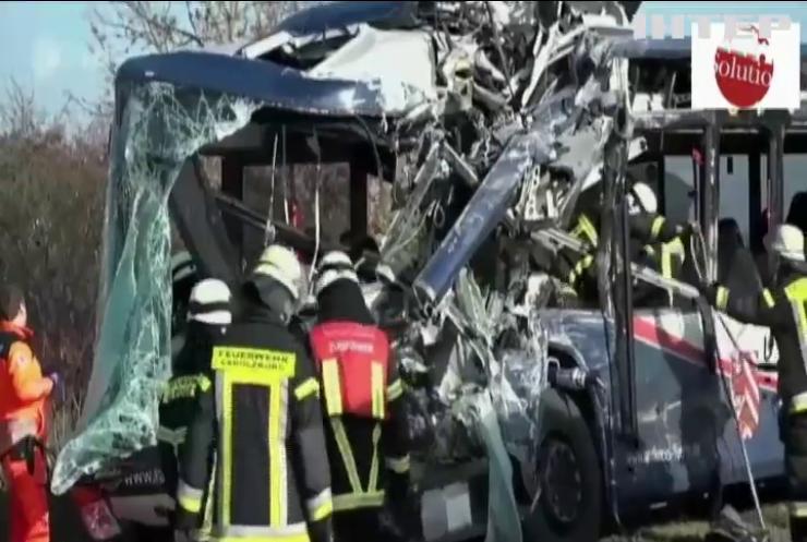 У Німеччині зіткнулися шкільні автобуси, є постраждалі