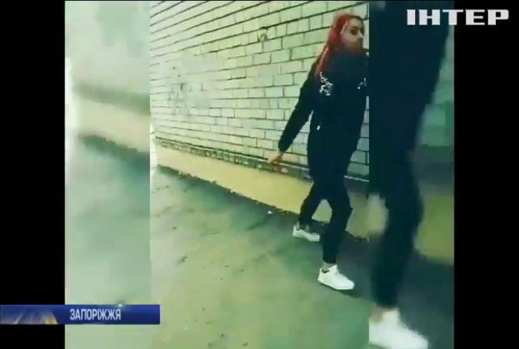 """У Запоріжжі студентка задля """"лайків"""" побила подругу"""