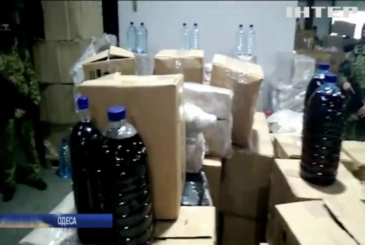 В Одесі на пошті виявили тисячі літрів підробного алкоголю