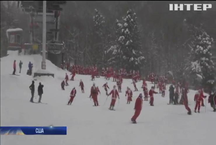 Санта-Клауси влаштували масовий спуск на лижах