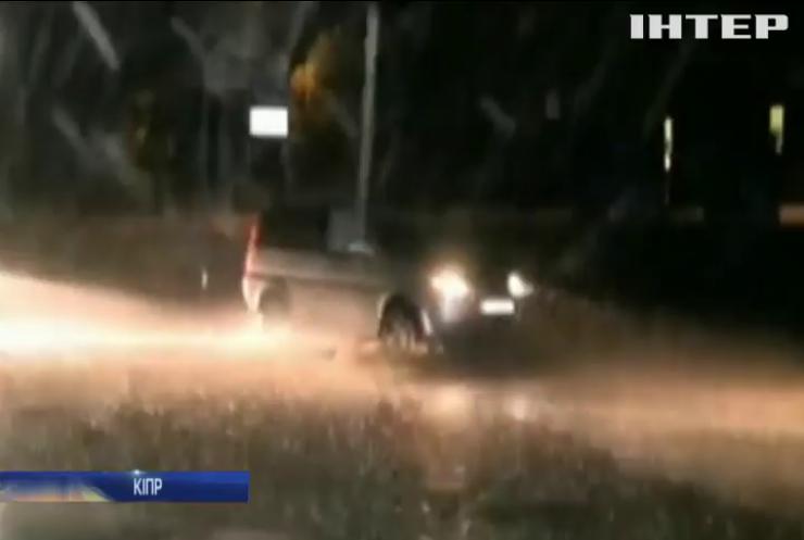Негода на Кіпрі: автомобіль з пасажирами змило з дороги