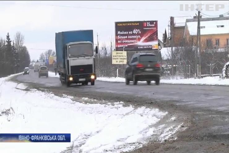 Снігопади паралізували рух на дорогах Прикарпаття
