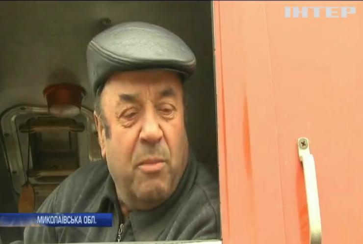 На Миколаївщині водії самотужки ремонтують державну трасу