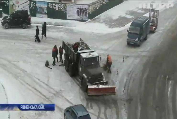 Жителів Рівненщини обурив ремонт доріг під час снігопаду