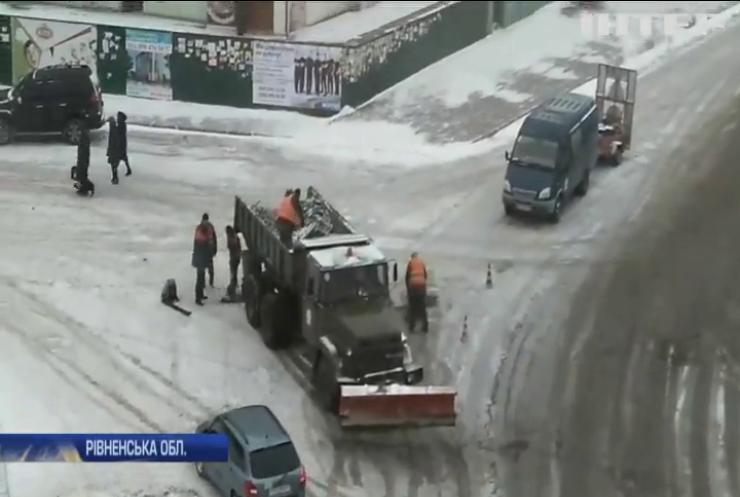 На Рівненщині дорожники ремонтують дороги у снігопад
