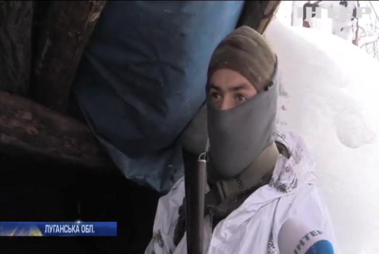 На Донбасі снігопади засипають окопи військових