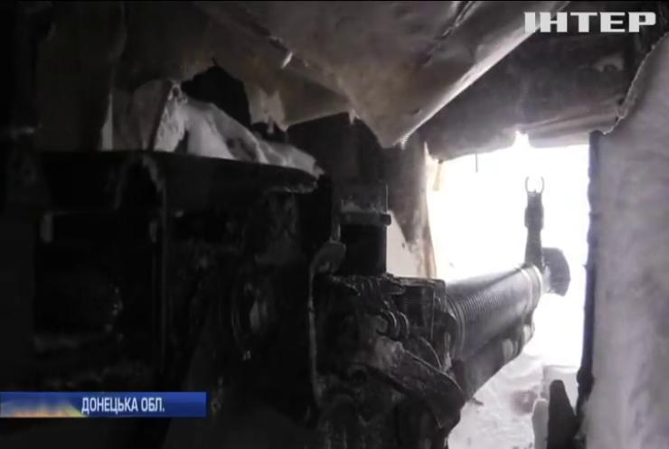 На Донбасі сніг замітає окопи військових