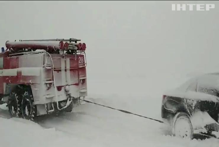 На Кіровоградщині у сніговий полон потрапили десятки людей