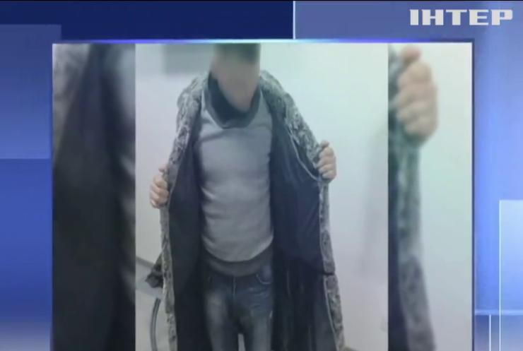 Контрабандист обшив шубу аксесуарами для мобільників