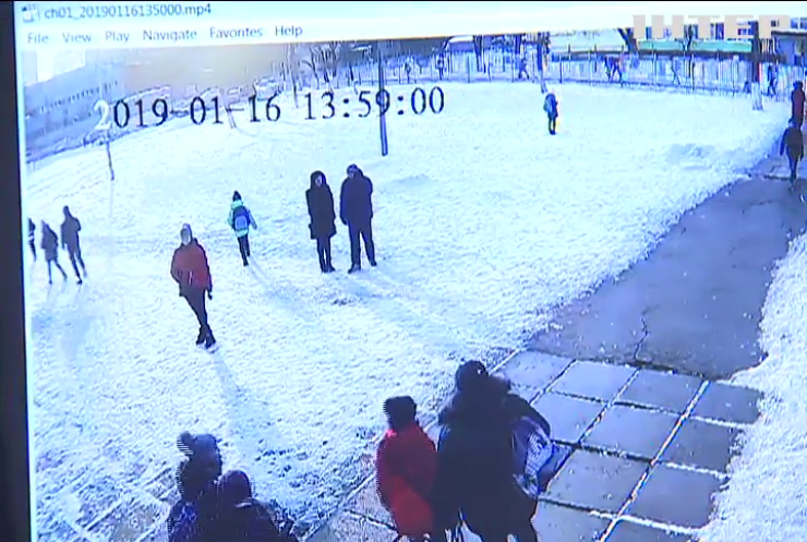 """""""Давай руку, я її відріжу"""": за що побили фізрука у Київській школі?"""
