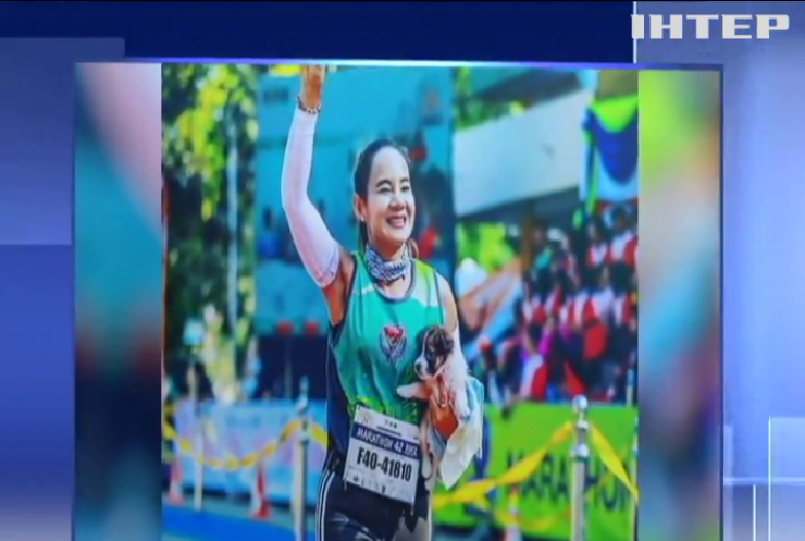 На марафоні жінка пробігла 30 км із цуценям