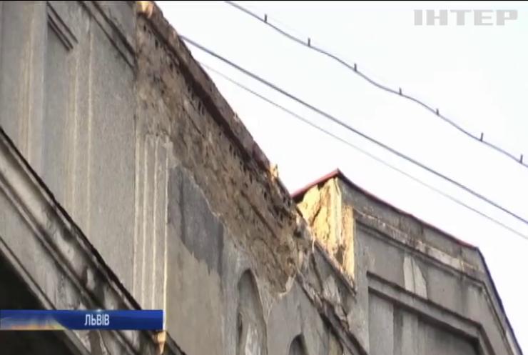 У Львові шматок фасаду впав на голову місцевому жителю