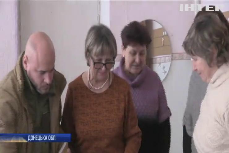До Новолуганська привезли методичну літературу для вчителів