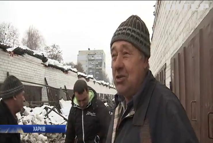 У Харкові обвалився дах гаражного кооперативу: є постраждалі