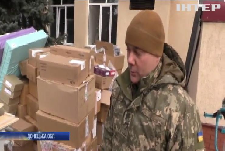 Українські військові передали медикам гуманітарну допомогу