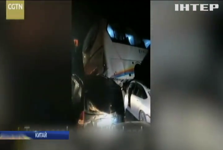 У Китаї в ДТП зіткнулися десятки авто (відео)