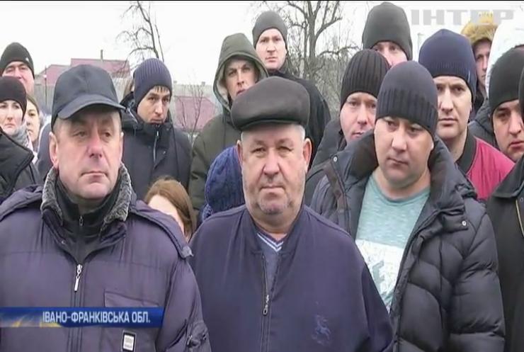 На Прикарпатті місцеві жителі вимагають ремонту дороги
