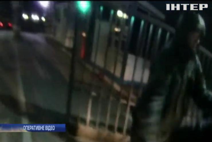 """На пункті пропуску """"Краківець"""" напали на прикордонника (відео)"""