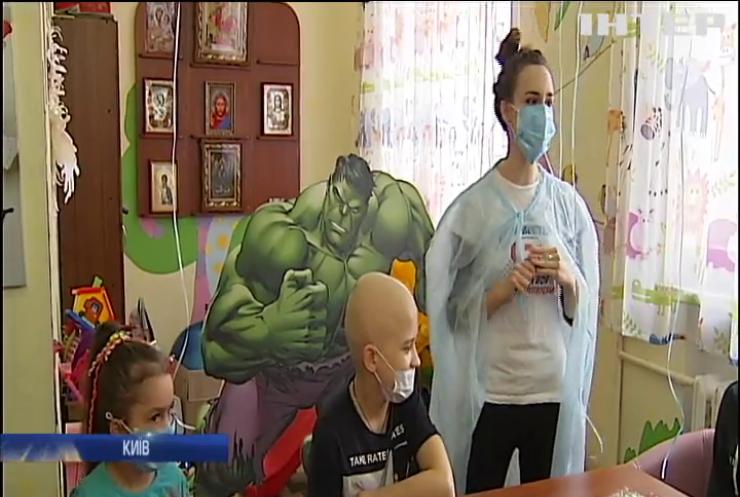 """Міжнародний день онкохворої дитини: фонд """"Таблеточки"""" влаштував свято маленьким пацієнтам """"Охматдиту"""""""