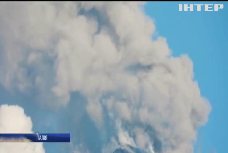 Головний вулкан Європи почав викидати хмари диму