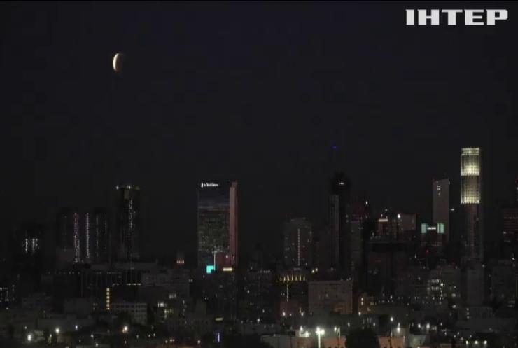 Атмосфера Землі сягає Місяця