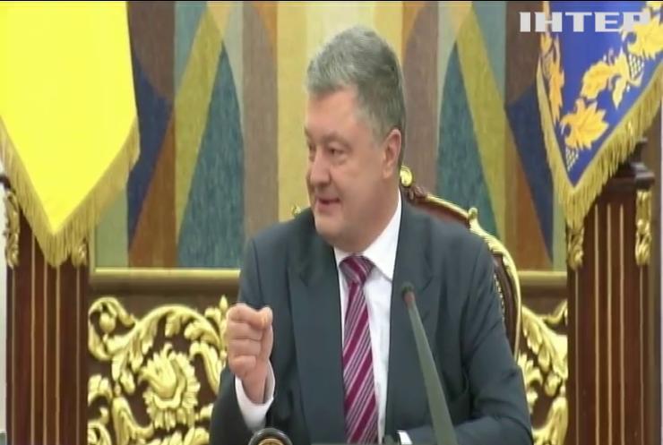 Петро Порошенко привітав жінок-військових із 8 березня та відзначив їх державними нагородами