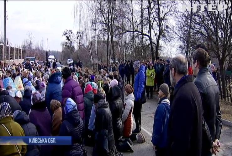 На Київщині жителі села Руде зрізали замки у храмі УПЦ і захопили церкву