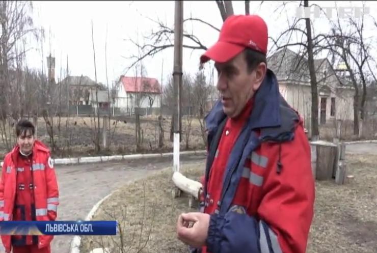 На Львівщині медики рятують життя людей на прогнилій автівці