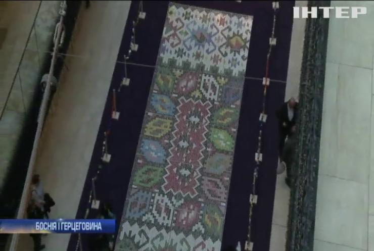 Боснійці переробили пляшки з-під води на килим