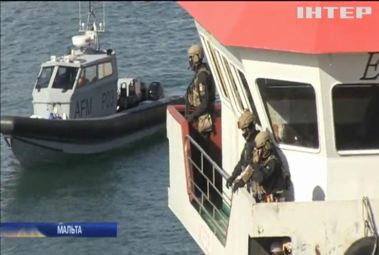 У Середземному морі військові звільнили танкер від біженців-піратів (відео)