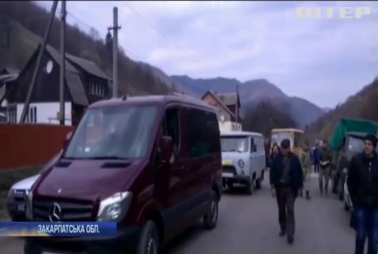 Кордон з Румунією: українці зводять огорожу з колючим дротом