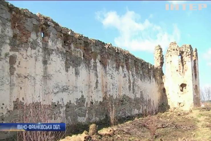 На Прикарпатті унікальна фортеця потопає у смітті