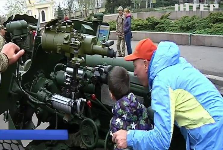 У Миколаєві артилеристи 406 окремої бригади продемонстрували військову виправку