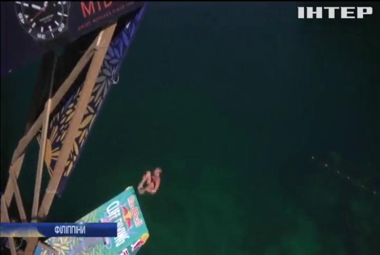 Стрибуни у воду показали видовищні трюки на Філіппінах (відео)