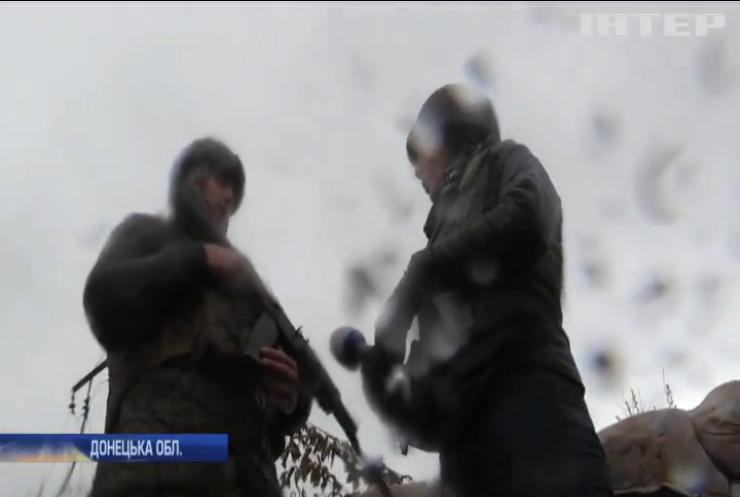 На Донбасі бійці воюють в складних погодних умовах