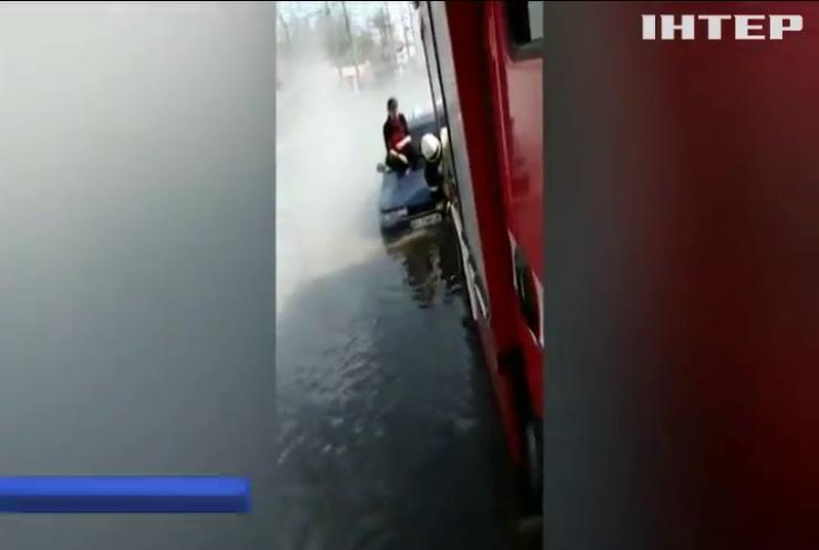 У Харкові гаряча вода затопила автомобілі з пасажирами