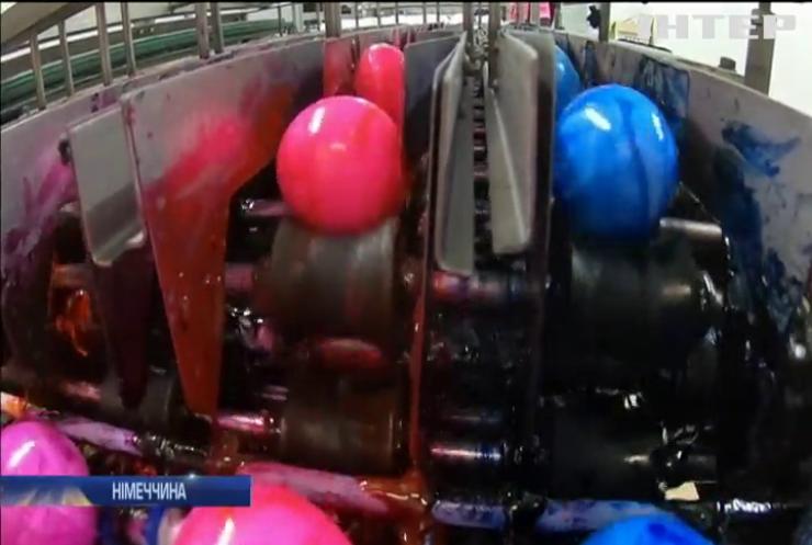 На німецькій птахофабриці фарбують тисячі яєць за годину
