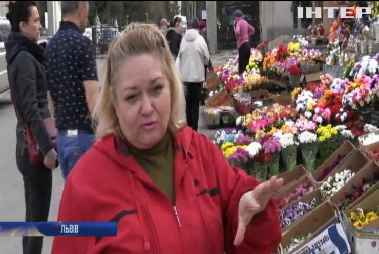 Жителів Львівщини закликають утилізовувати пластикові вироби з кладовищ