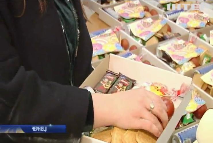 Волонтери Чернівців зібрали до Великодня подарунки для українських бійців